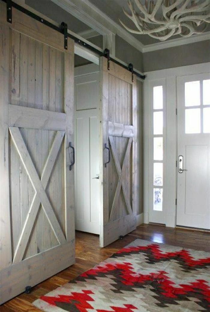 portes-en-bois-coulissantes-tapis-coloré-sol-parquet-porte-en-bois-blanche-extérieur