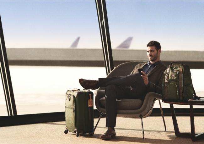 qu-est-ce-qu-il-y-a-dans-ma-valise-homme-aeroport-style-beau