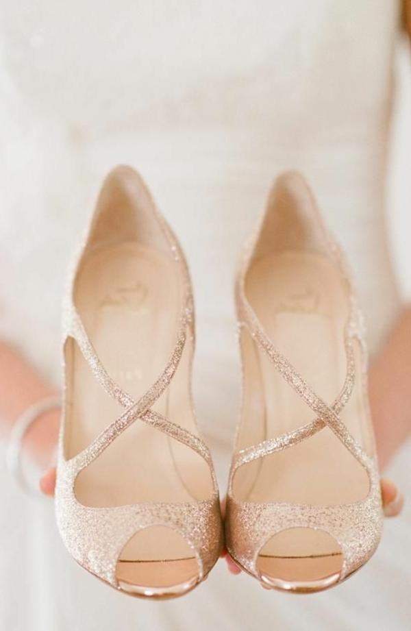 robe-de-mariée-princesse-en-rose-chaussiures-dorees-rose