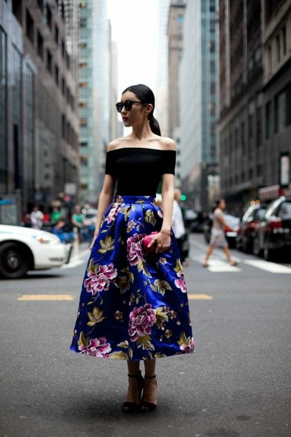 robe-mi-longue-aux-dessins-colorés-fleurs-new-york-rue-voitures