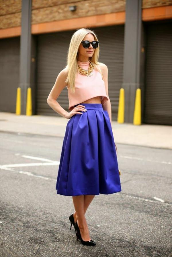 robe-mi-longue-bleue-chaussures-a-talons-femme-blonde-mode