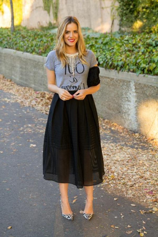 robe-mi-longue-noire-femme-mode-street-bijou-en-or-sourire