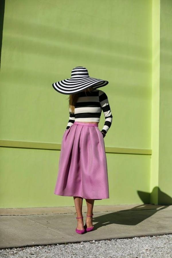 robe-mi-longue-rose-chapeau-aux-rayures-femme-mode-chaussures-a-talons