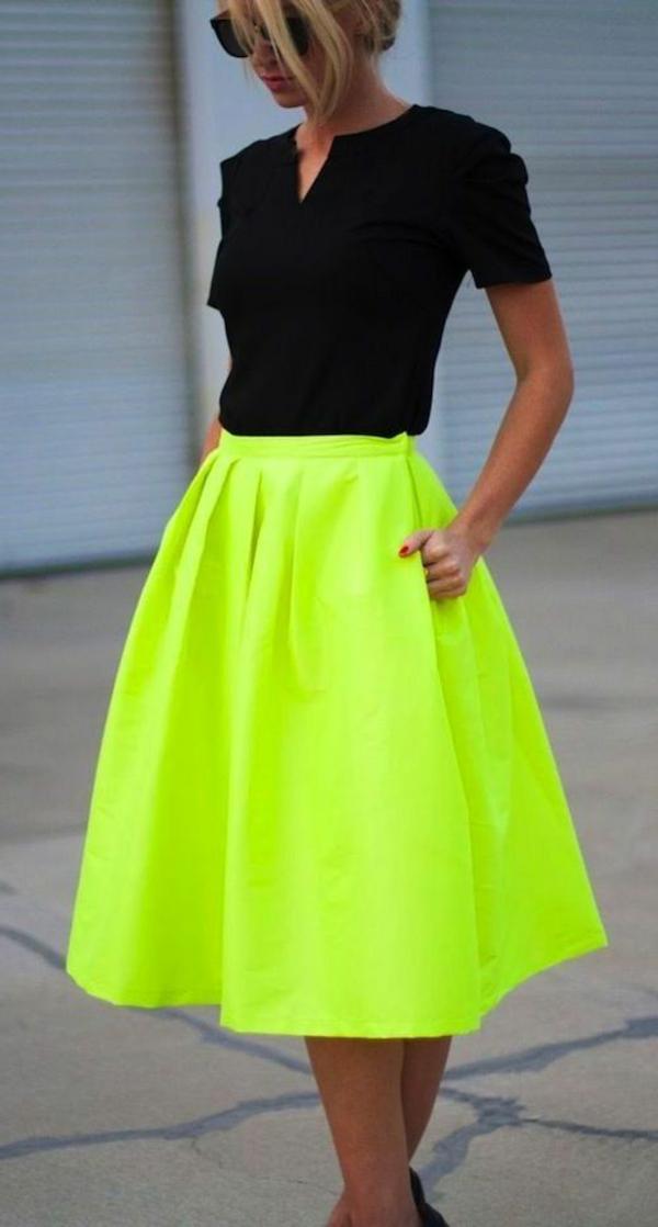 robe-mi-longue-vert-jaune-lunettes-de-soleil-femme-blonde