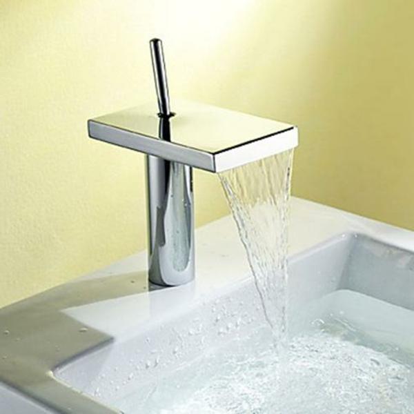 robinet-cascade-chromé-design-rectangulaire
