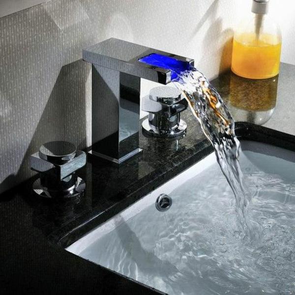 robinet-cascade-pour-l'évier-moderne