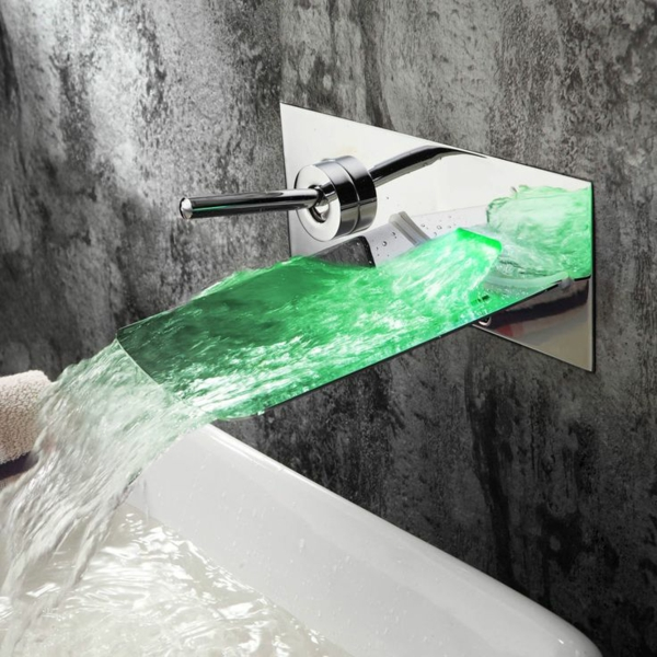 robinet-cascade-sur-un-mur-gris