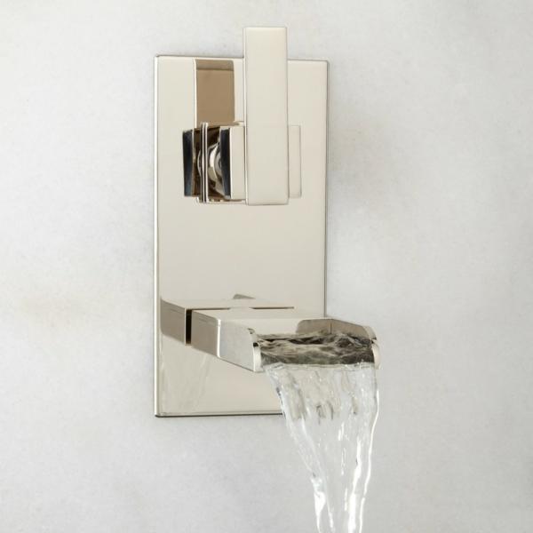 robinetterie-de-baignoire-élégante-montée-au-mur