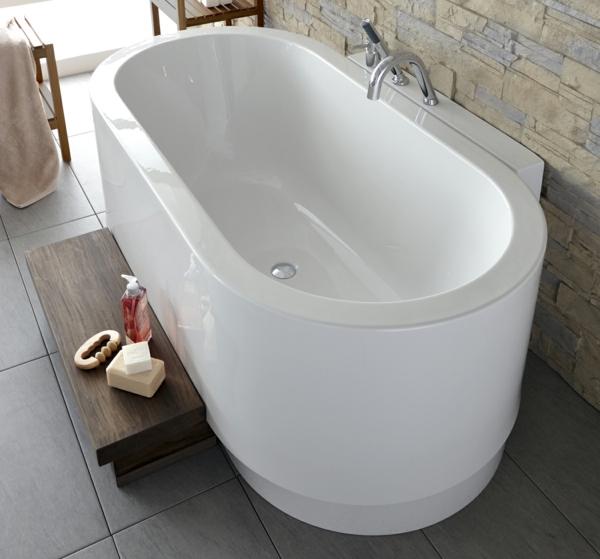 robinetterie-de-baignoire-baignoire-ovale-à-côté-d-un-mur-en-pierre