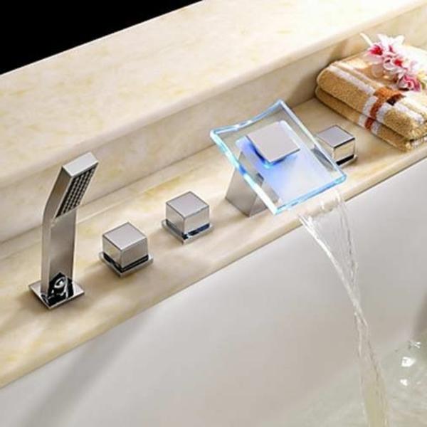 robinetterie-de-baignoire-mitigeur-carrée-monté-au-rebord-de-la-baignoire