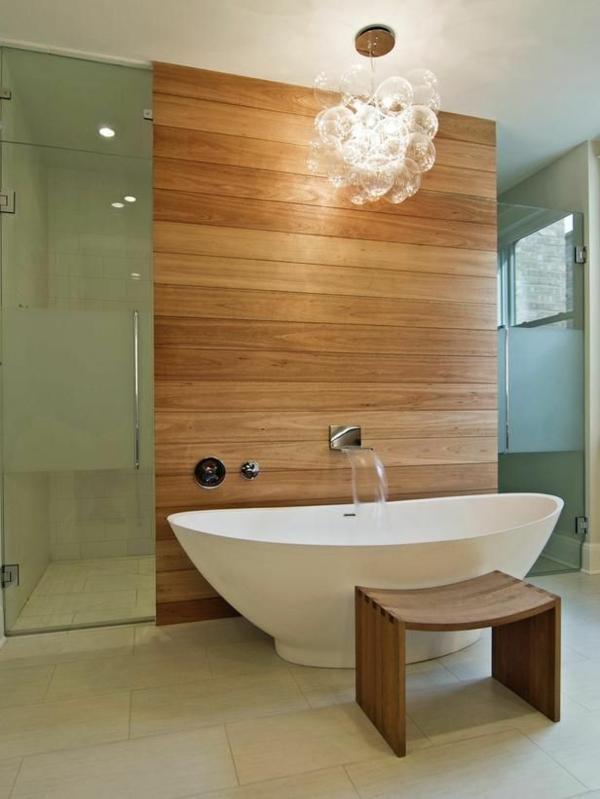 robinetterie de baignoire, panneau en bois dans la salle de bains