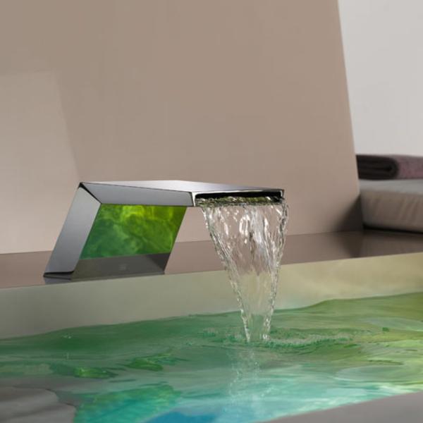 robinetterie-de-baignoire-moderne-un-mitigeur-cascade