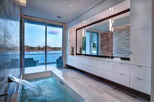 La robinetterie de baignoire pour la salle de bains moderne Badezimmer dekoration meer