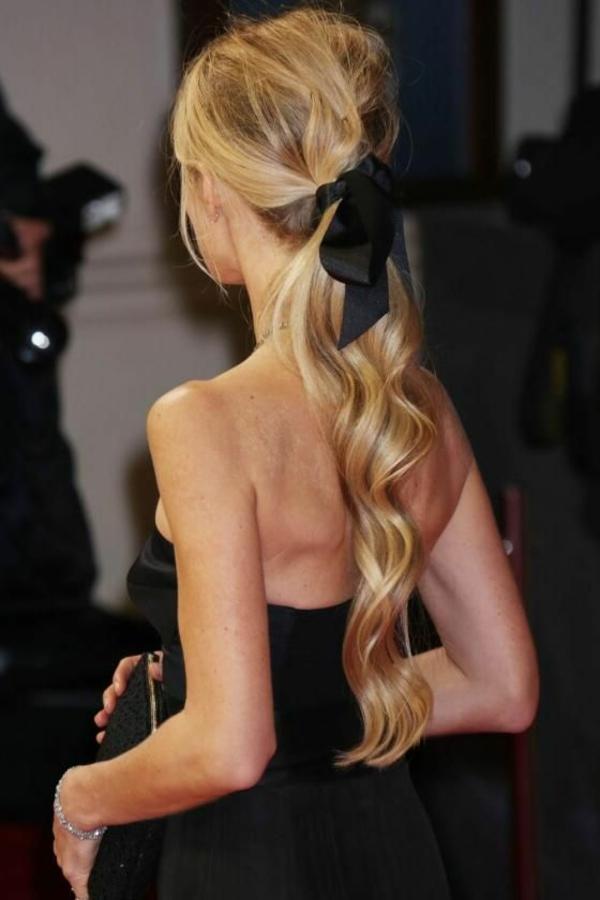 ruban-noir-bijou-de-cheveux-blond-doré-cheveux-longs