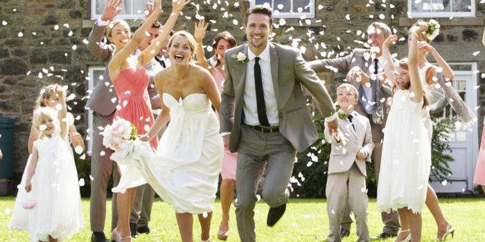 s-habiller-pour-la-fête-de-mariage-image-heureuse