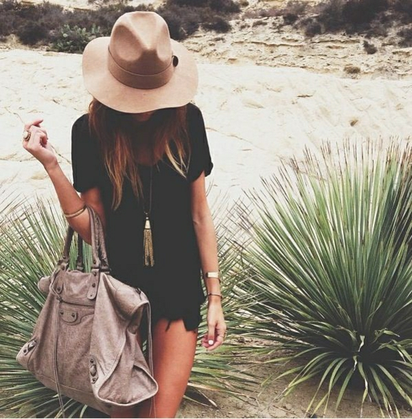 sac-a-main-en-cuir-de-plage-chapeau-en-tissu-tenue-noire