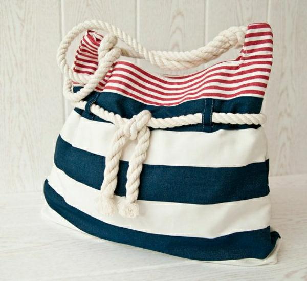 sac-a-main-en-tissu-blanc-bleu-dessin-marin