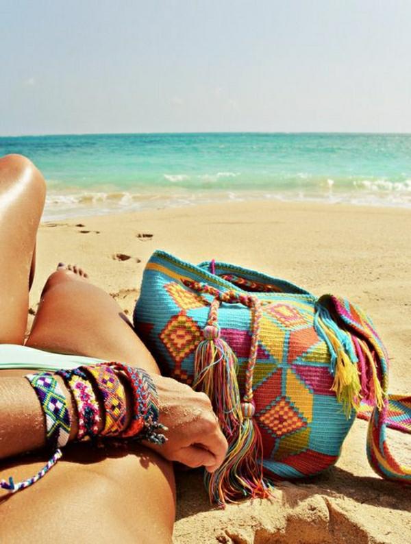 sac-a-plage-coloré-belle-vue-sur-la-mer