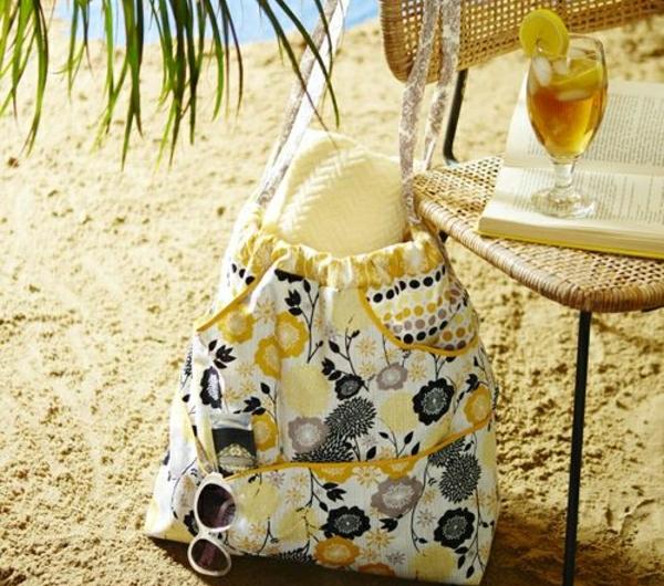 sac-a-plage-coloré-fleurs-cocktail-sur-la-plage-palmes