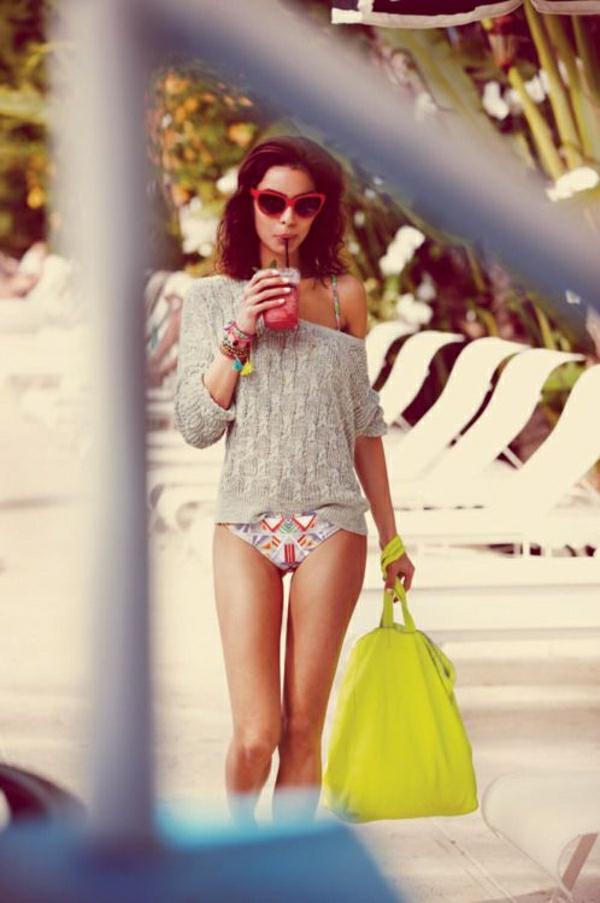 sac-a-plage-jaune-fille-moderne-lunettes-de-soleil-cocktail-maillot-de-bain