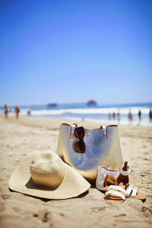 sac-a-plage-moderne-lunettes-de-soleil-chapeau-en-paille