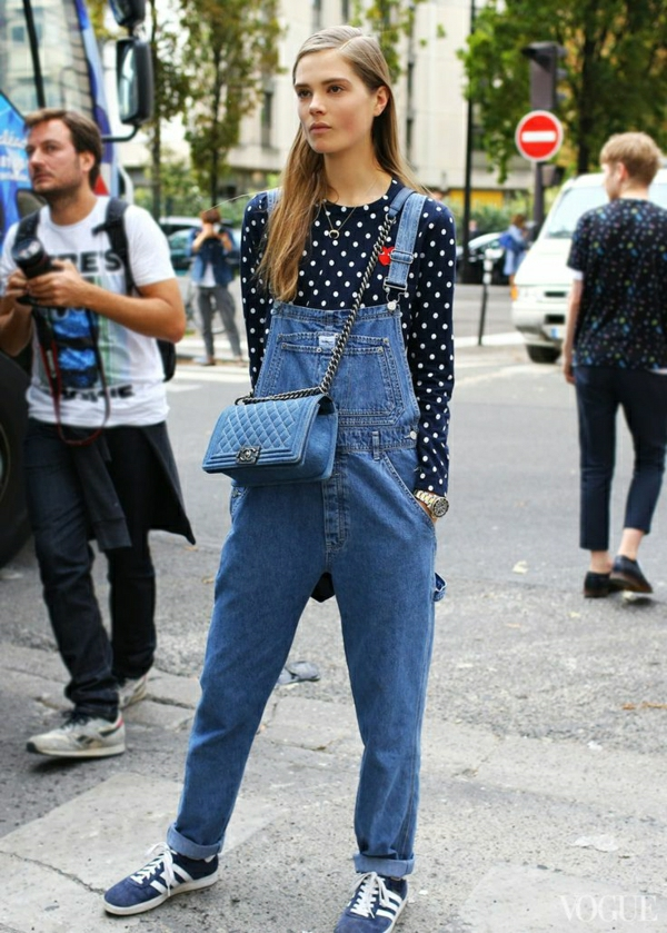sac-bandoulière-chanel-salopette-en-jena-chemise-aux-points-blanc-bleu-foncé