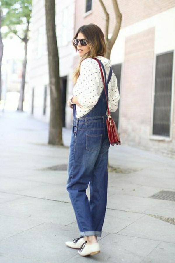 sac-bandoulière-rouge-salopette-en-jean-chemise-aux-points