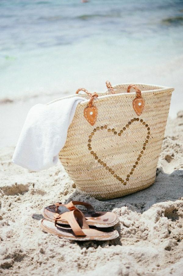 sac-de-plage-en-paille-beige-au-bord-de-la-mer