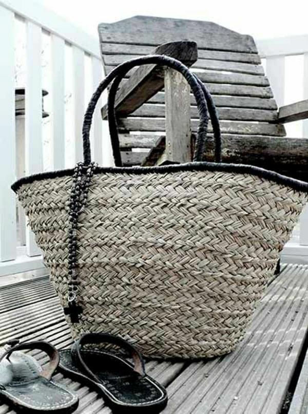 sac-de-plage-grand-sac-a-main-élégant-noir-gris-chaise-en-bois-verranda