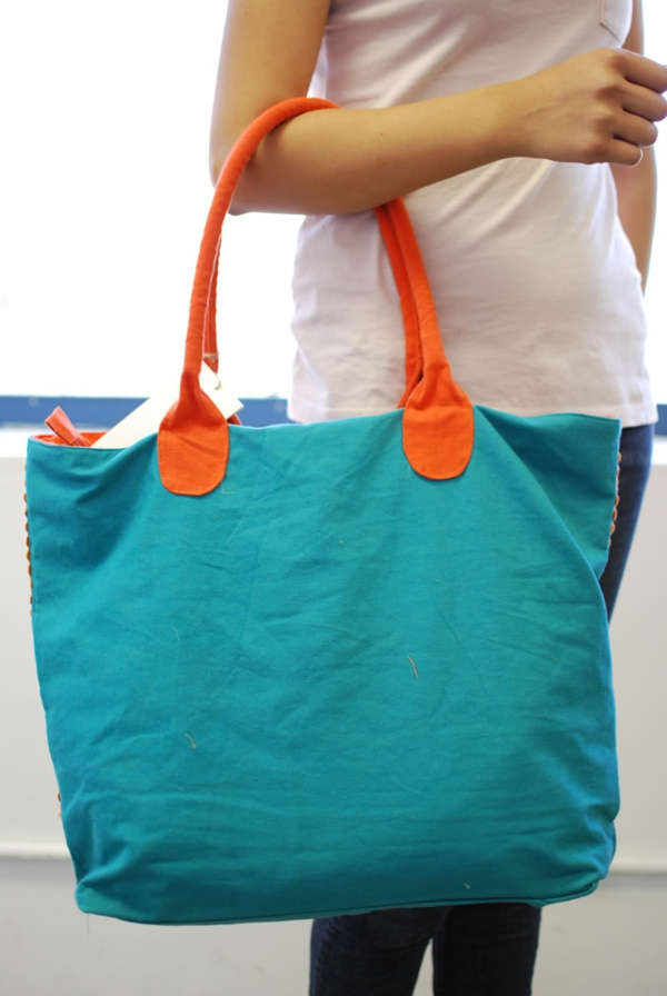 sac-en-toile-un-sac-cabas-en-bleu-et-orange