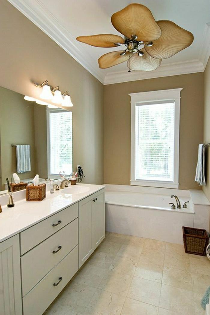 salle-de-bain-avec-ventilateur-de-plafond-baignoire-blanche-carrelage-beige