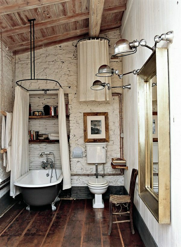 salle-de-bain-industrielle-aménagement-industriel-sol-en-lin-chaise-en-bois-lampe