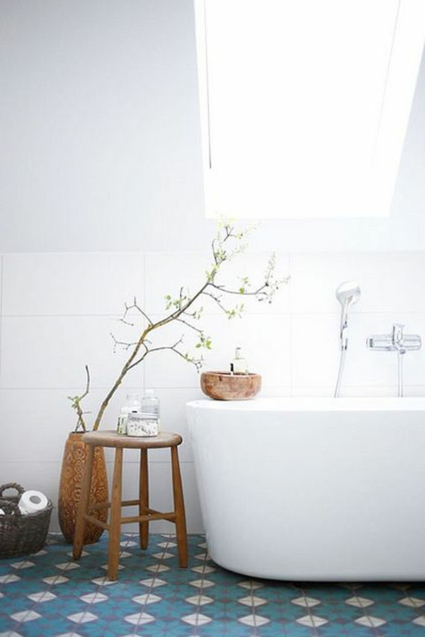 salle-de-bain-lumineuse-baignoire-sous-combles