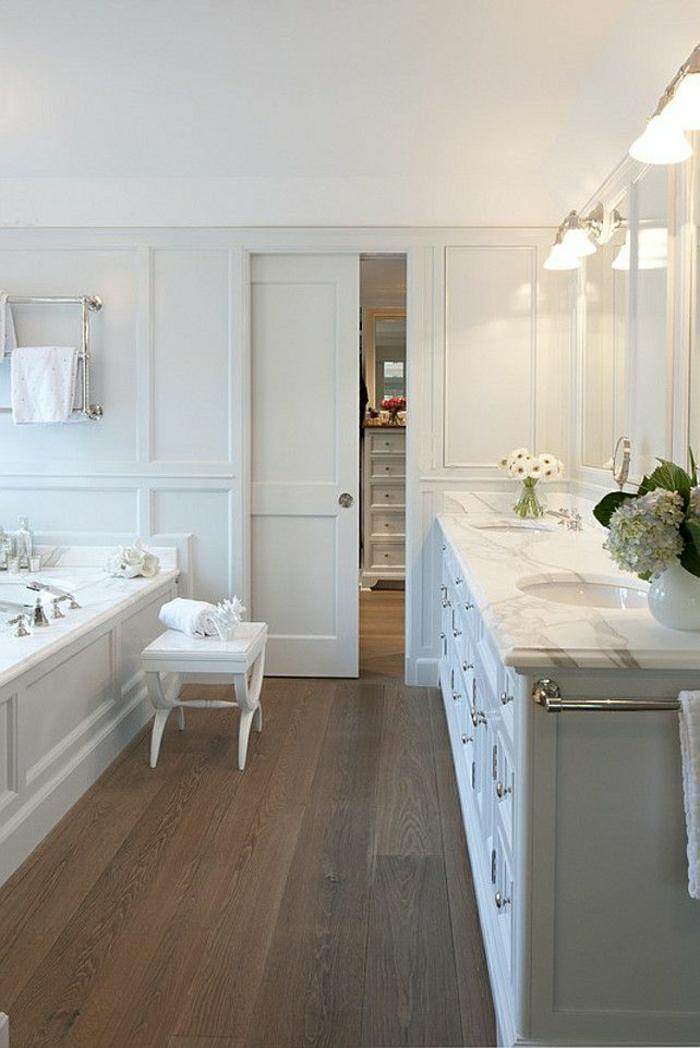 salle-de-bain-porte-coulissante-en-bois-blanc-fleurs-salle-de-bain