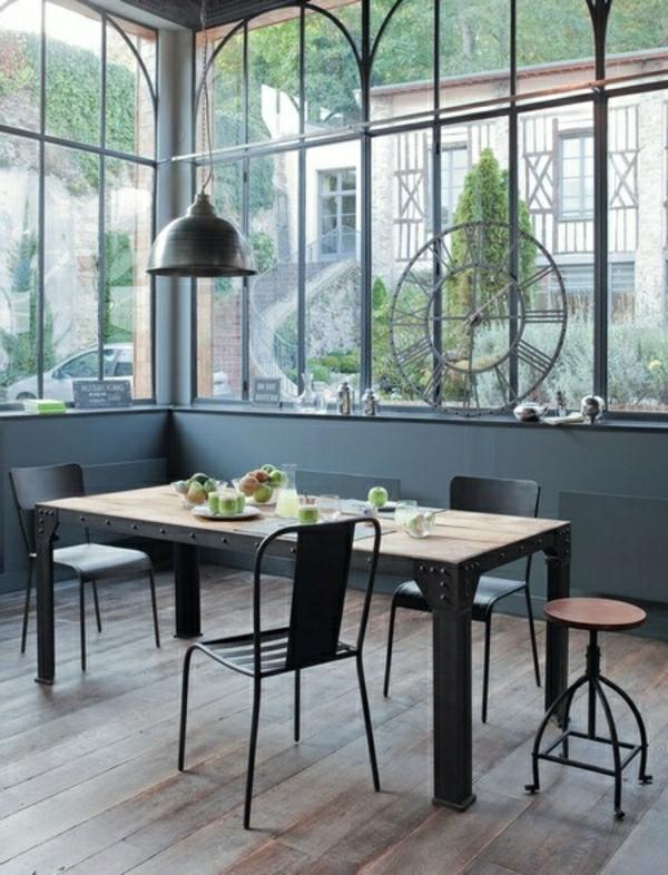 salle-de-séjour-moderne-chaises-noires-en-fer-deco-industriel