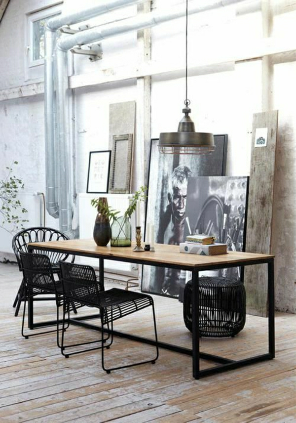 salle-de-séjour-moderne-chaises-noires-en-fer-peintures-murales