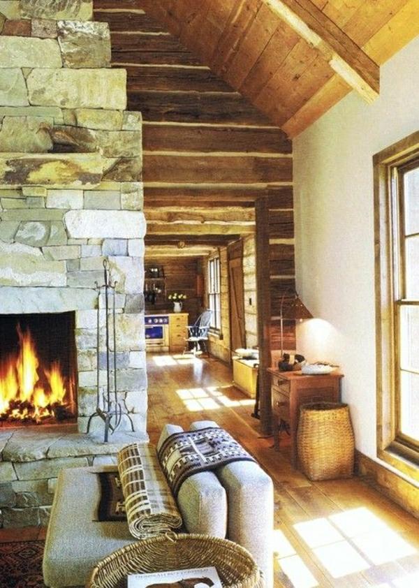 saln-rustique-ambiance-cocooning-taoit-en-bois-cheminée-en-pierre-fenetre-grande