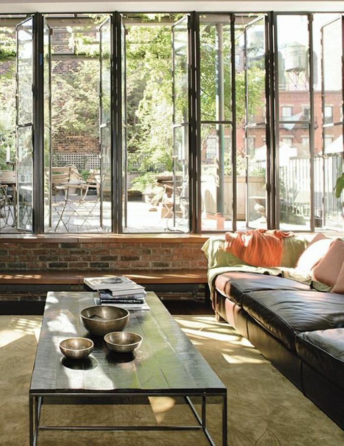 salon-ambiance-cocooning-plein-de-lumière-sol-tapis-beige-table-basee-en-bois