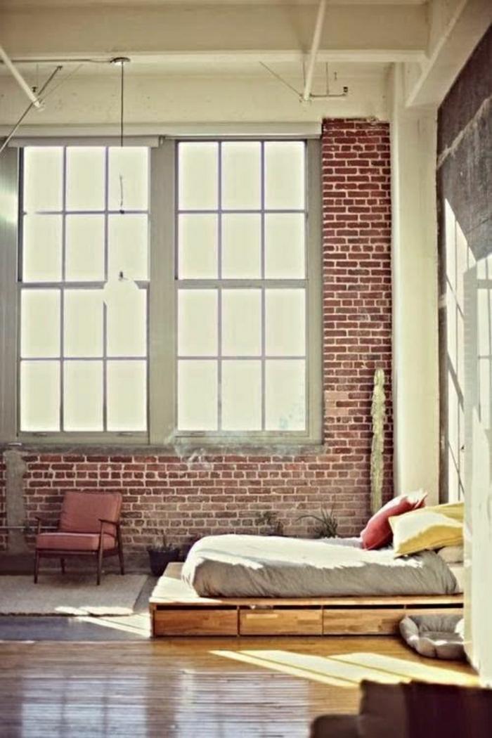 salon-atelier-chambre-a-coucher-lit-sur-le-sol-fenetre-grande-coussins-rouge-jaune