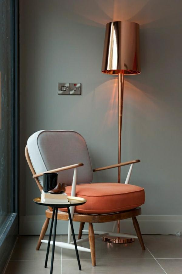 salon-chaise-fauteuil-lampe-de-lecture-en-or-murs-gris-carrelage