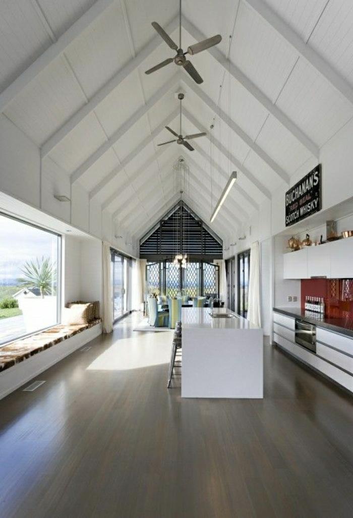 salon-confortable-avec-fenetres-grandes-sol-en-parquet-plafonnier-ventilateur-salon-mansardé