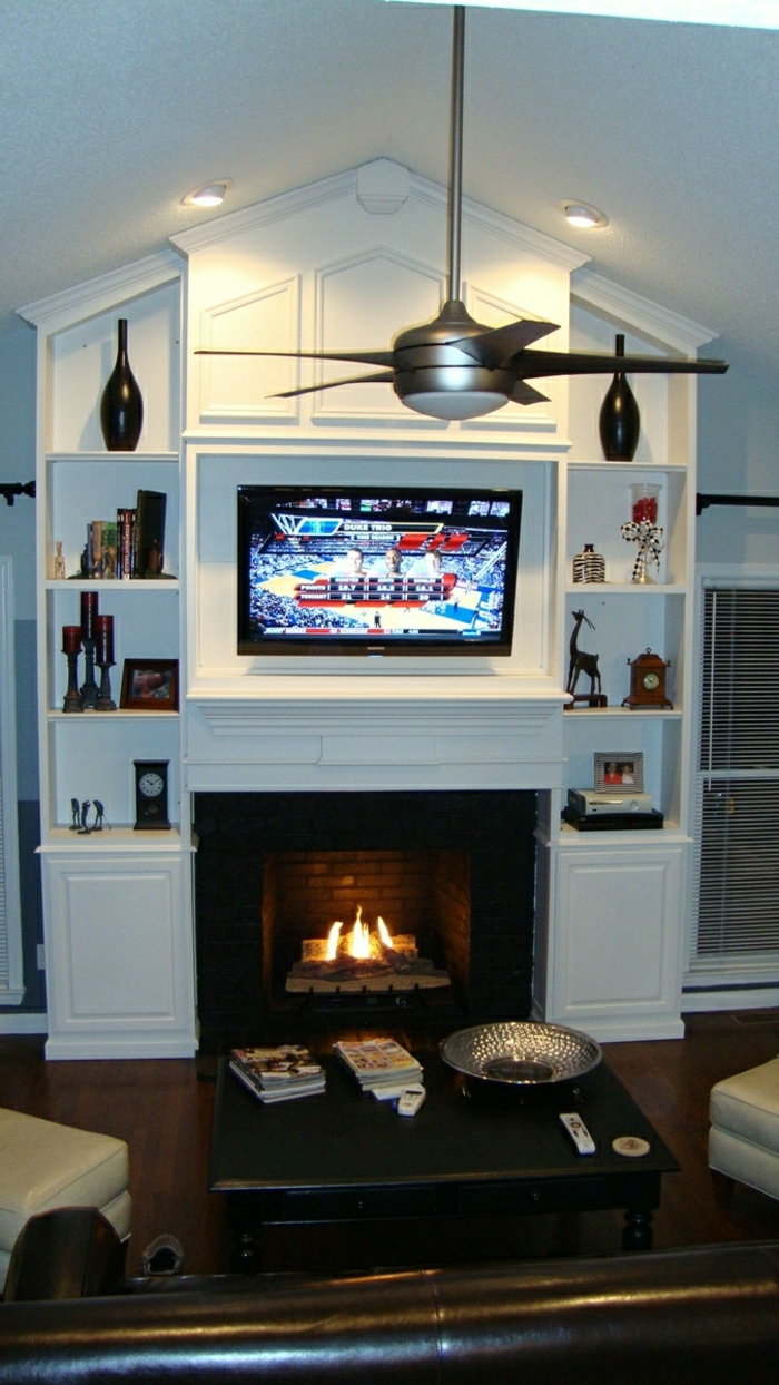 salon-confortable-table-basse-en-bois-cheminée-tv-meubles-en-bois-blanc