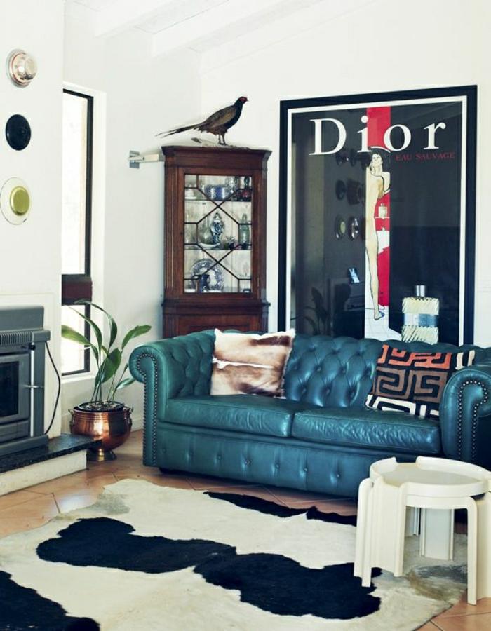salon-cuir-canapé-bleu-en-cuir-peinture-dior-plante-verte-tais-en-cuir-animal-blanc-noir