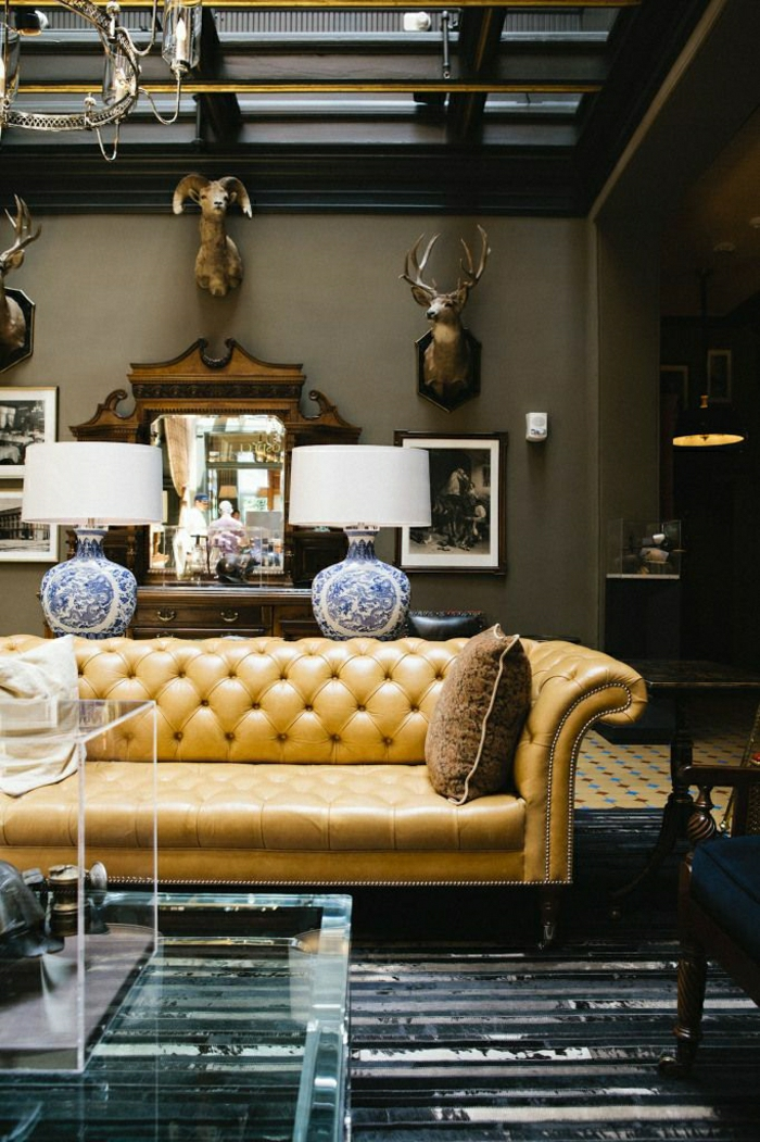 salon-cuir-canapé-en-cuir-beige-décoration-mural-murs-beige-gris-miroir-table-transparente