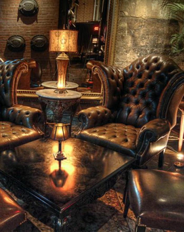 salon-cuir-marron-foncé-lampe-dvcorative-de-lecture-mur-brique-décoration-murale