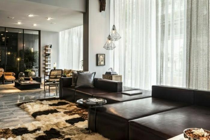 salon-cuir-marron-foncé-moderne-sol-plancher-gris-rideaux-longs-blanches
