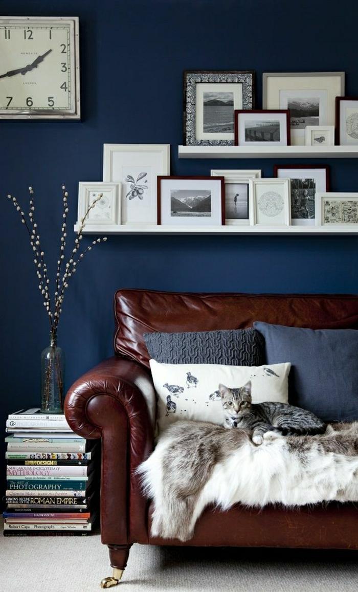 salon-cuir-marron-foncé-peintures-mur-bleu-chat-canapé-brun-fleurs