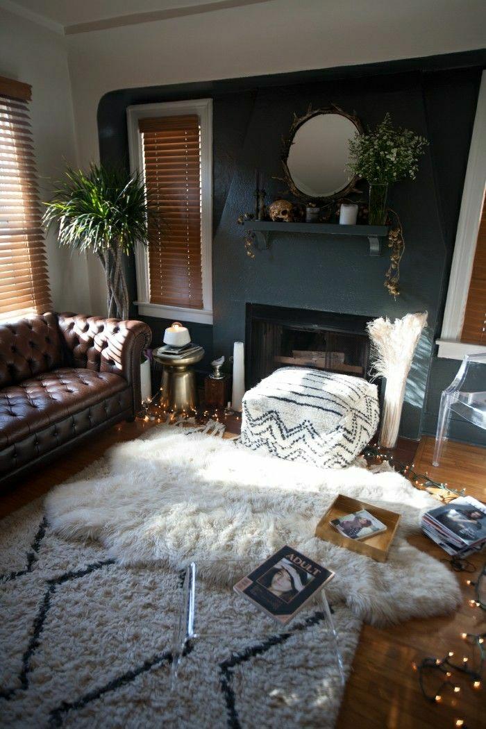 salon-cuir-marron-plantes-vertes-fenetre-cheminée-murs-gris-tapis-table-transparente