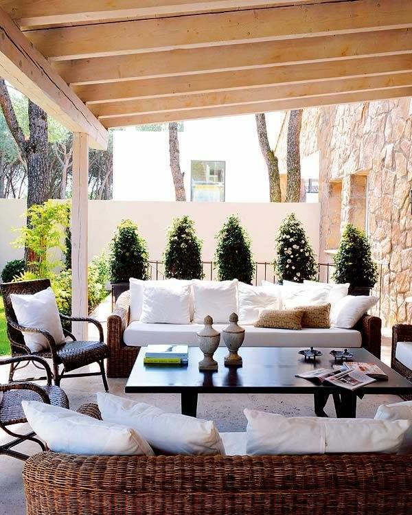 salon-de-jardin-tables-de-jardin-en-bois-verranda-cour-canapé-blanc