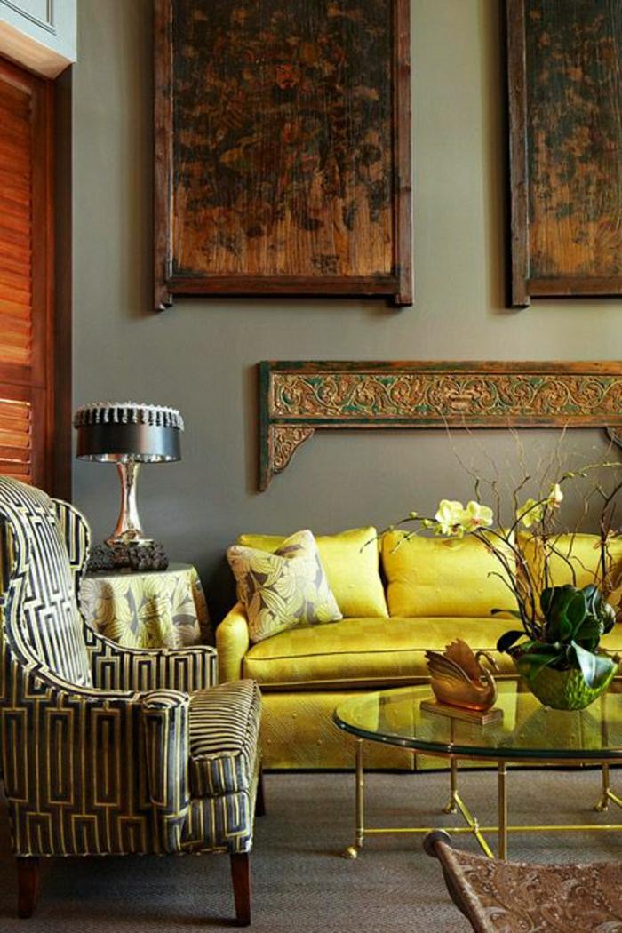 salon-de-luxe-en-cuir-jaune-fleurs-tables-en-verre-fer-peinture-murales-sol-parquet